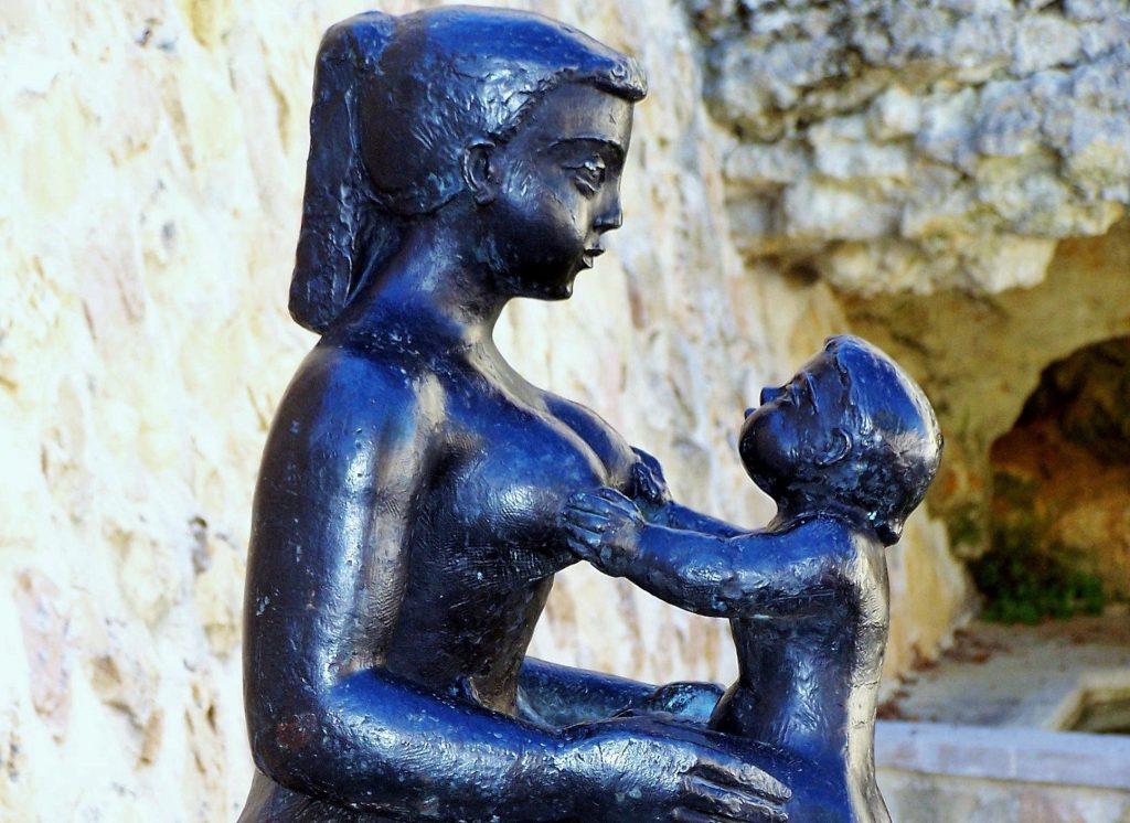 Il bambino fatica ad attaccarsi al seno: cosa fare?